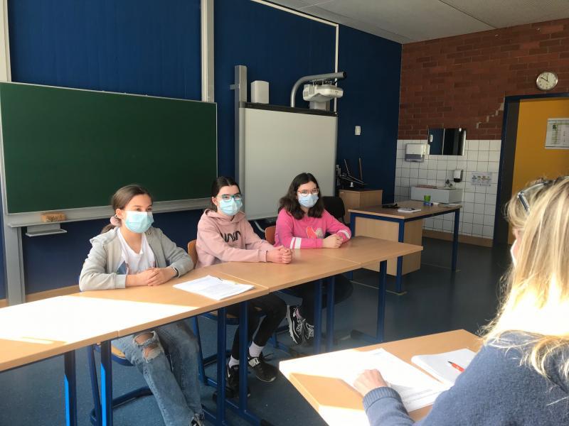 Regiohelden: Stellvertretend für ihre Klasse 6d stellten sich Nele, Sofia und Kira den Interviewfragen - Foto/Abbildung: Sandra Rosa
